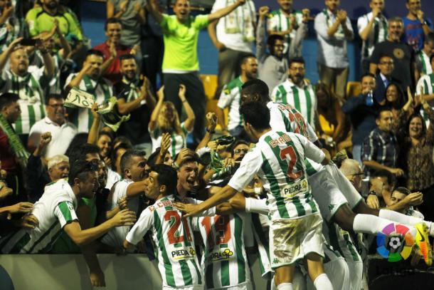 Los jugadores del Córdoba celebran con sus aficionados el gol conseguido ante el Alcorcón | LaLiga