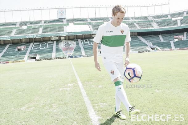 Aélx Fernández durante su presentación como jugador franjiverde/ Imagen cedida por el Elche CF
