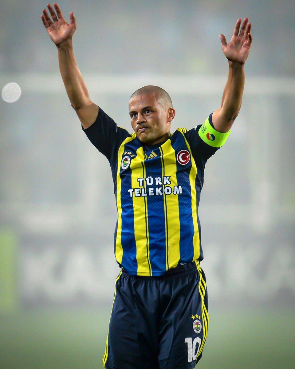 Alex de Souza, entre lágrimas, se despide de la afición del Fenerbahçe en su último partido en Kadıköy | Foto: UEFA