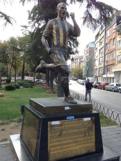 Estatua en honor a Alex de Souza en el Parque Yoğurtçude Estambul  | Foto: Serpil Lindsay