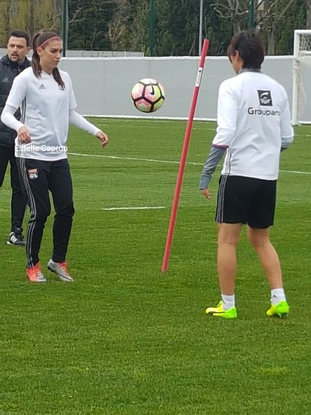Alex Morgan (left) and Saki Kumagai (right) warm up together in France. | Photo: Estelle Capron
