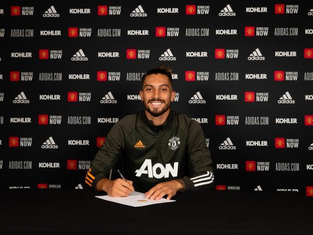Alex Telles firmando su contrato con el United / FOTO: Manchester United