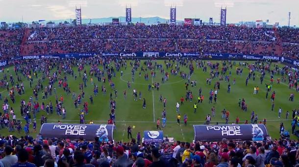 La violencia se apodera del San Luis-Querétaro y suspenden el partido