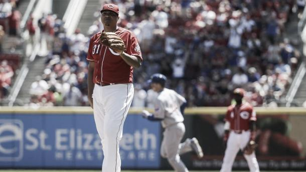 Cincinnati Reds starting pitcher Alfredo Simon (31) reacts after giving up a two-run home run to Chicago Cubs' Anthony Rizzo, center, in the third inning of a baseball game, Sunday, April 24, 2016, in Cincinnati. (AP Photo/John Minchillo)