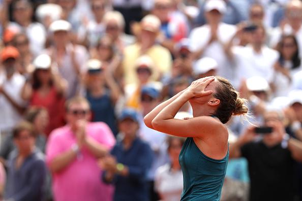Halep caiu em lágrimas após match point: o título de RG é dela (Foto: Matthew Stockman/Getty Images)