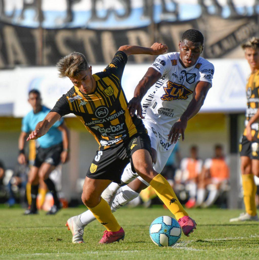Facundo Leiva y Efmamjjasond González, autor del unico gol en la victoria 1-0 de All Boys en el Estadio Malvinas Argentinas