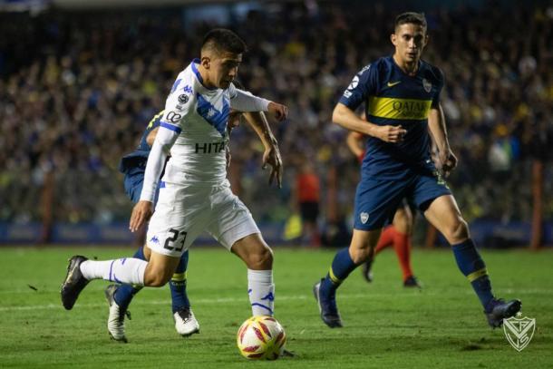 La jugada del partido. El doble enganche de Almada sobre Izquierdoz para quedar mano a mano con Andrada.   Fuente: Vélez Sarsfield.