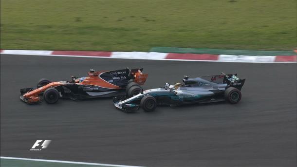 Alonso e Hamilton travaram uma belíssima briga no fim (Foto: Divulgação/F1)