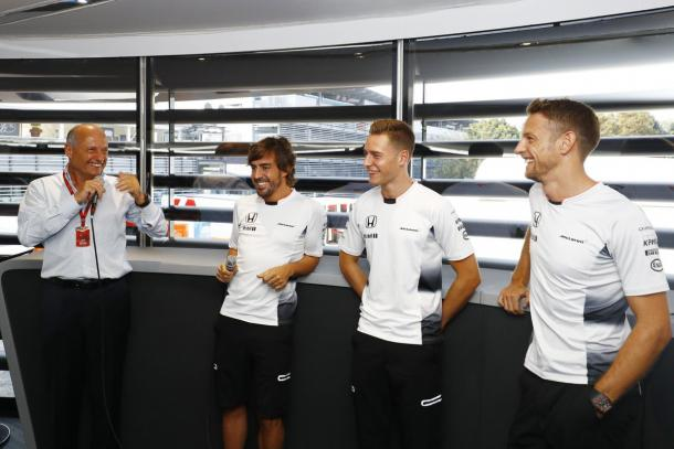 Fernando Alonso (esq.) e Stoffel Vandoorne (centro) serão os titulares da McLaren, mas Jenson Button (dir.) permanece na equipe (Foto: Divulgação/Stoffel Vandoorne)