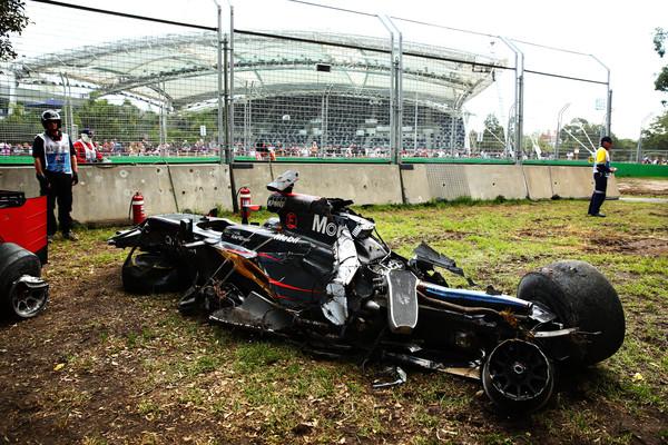 Foto del monoplaza de Fernando Alonso hecho añicos. Fuente: Zimbio