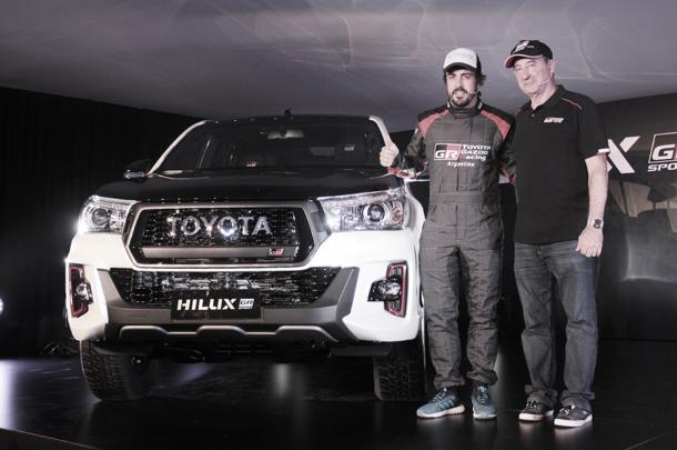 Alonso y Herrero presentando la Hilux (Foto: SoyMotor)
