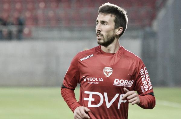 Amalfitano sigue con la mirada la jugada. Foto: Sitio Oficial del Dijon.