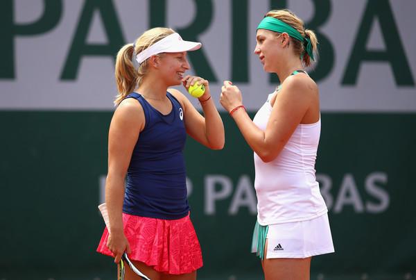 Daria Gavrilova and Anastasia Pavlyuchenkova discuss tactics during the match | Photo: Clive Brunskill/Getty Images Europe