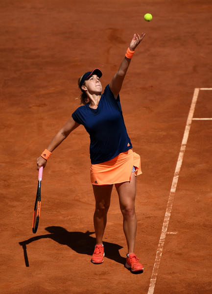 Anastasia Pavlyuchenkova serves in Rome | Photo: Julian Finney/Getty Images North America