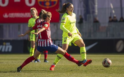 Ángela Sosa intenta arrebatar la pelota a Andrea Pereira. Foto: Web oficial F:C: Barcelona