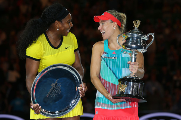 Angelique Kerber (R) and Serena Williams share a laugh at the trophy ceremony after their 2016 Australian Open final. | Photo: Michael Dodge/Getty Images