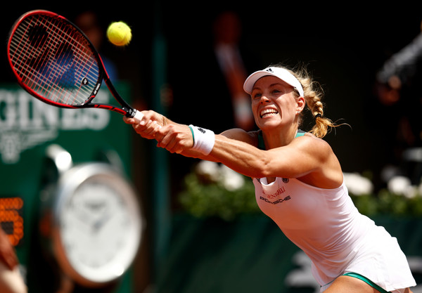 Angelique Kerber reaches out for a shot | Photo: Adam Pretty/Getty Images Europe
