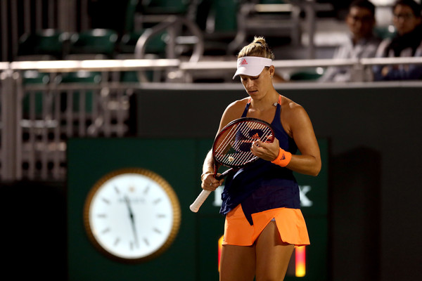 Angelique Kerber fixing her racquet strings during the match | Photo: Matthew Stockman/Getty Images North America