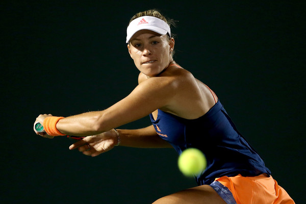 Angelique Kerber stretches out for a shot | Photo: Matthew Stockman/Getty Images North America