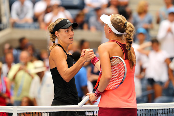Kerber and Larsson had a warm exchange at the net after the match | Photo: Elsa/Getty Images North America