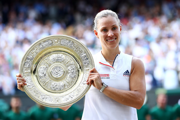 Angelique Kerber poses alongside the Venus Rosewater Dish | Photo: Michael Steele/Getty Images Europe