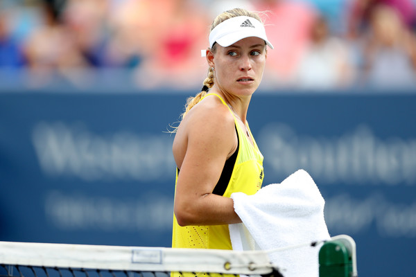 Angelique Kerber walks towards her chair during a changeover | Photo: Matthew Stockman/Getty Images North America