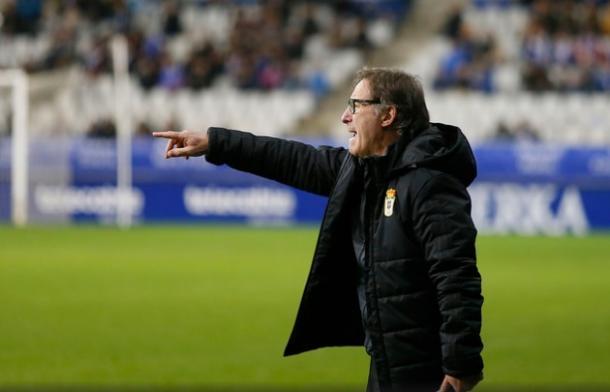 Anquela da instrucciones durante uno de los primeros partidos que alineó defensa de cinco. | Imagen: Real Oviedo