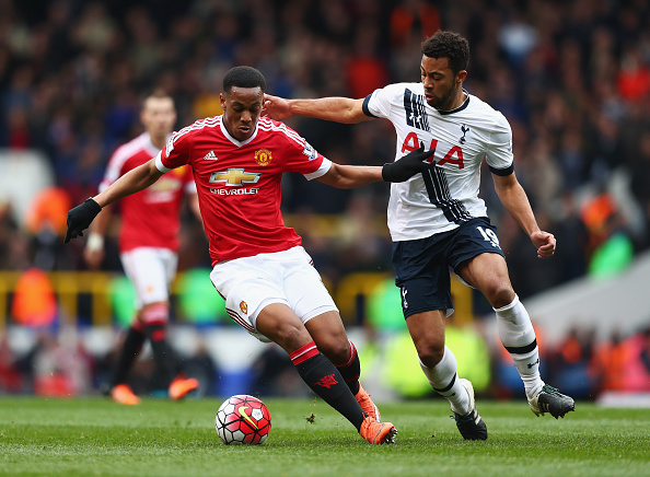 Anthony Martial faces the challenge of Moussa Dembele | Photo: Julian Finney/Getty Images