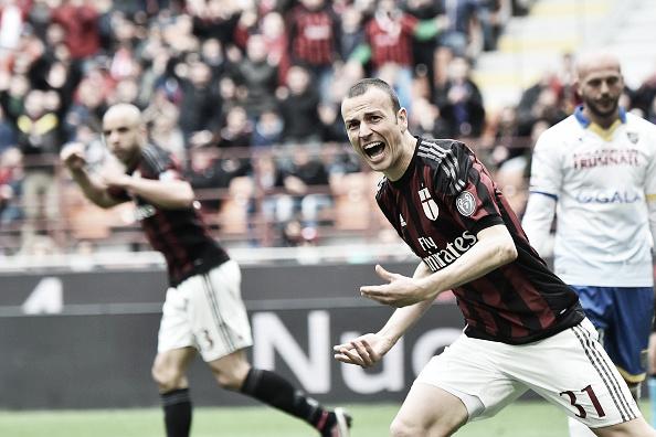 Antonelli celebra gol marcado na derrota do Milan para o Frosinone, durante o segundo turno da Serie A 2015/16 (Foto: Giuseppe Cacace/AFP)