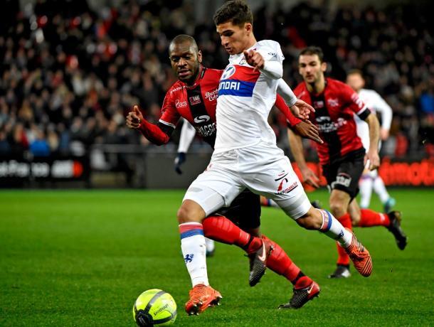 Aouar conduce en un partido de la Ligue 1 // Foto: Lyon
