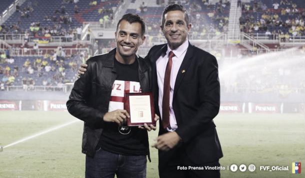 Juan Arango recibe un homenaje por su trayectoria / Foto: Prensa FVF