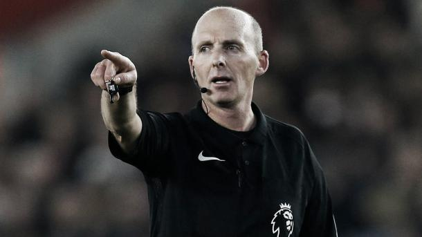 Mike Dean, el referee del encuentro. Foto: Premier League.