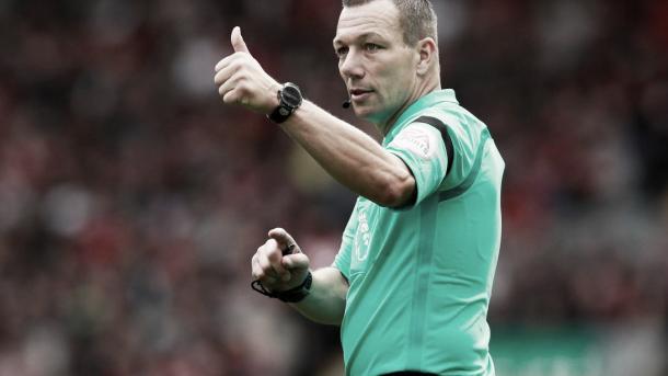 Kevin Friend el árbitro. Foto: Premier League.