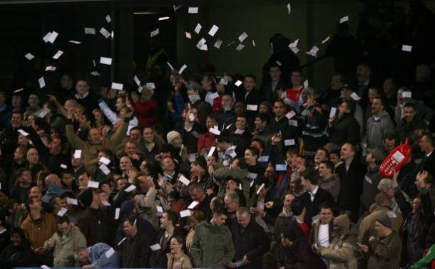 Torcedores do Arsenal atiraram notas de £20 como protesto contra Ashley Cole em dezembro de 2006 (Foto: Rebecca Naden/PA Images via Getty Images)