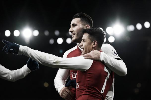 Alexis festeja junto a Kolasinac | Foto: Premier League