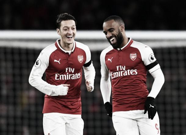 El buen humor de Ozil y Lacazette | Foto: Premier League