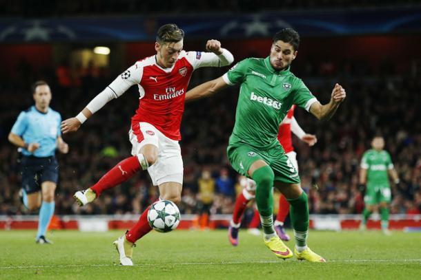 Mesut Ozil in azione nel 6-0 dell'andata (unico precedente), nel quale segnò una tripletta. | Fonte immagine: solopos.com