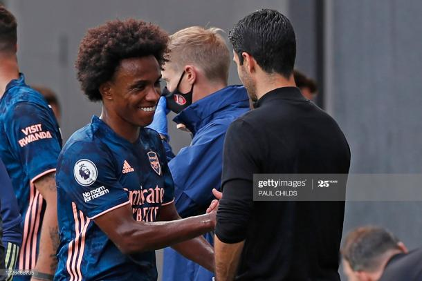 Willian shakes hands with Mikel Arteta after coming off as a substitute (Photo by PAUL CHILDS via Getty Images)