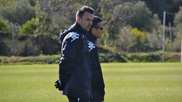 El técnico del Reus Aritz López Garai dirigiendo un entrenamiento | Foto: CF Reus Deportiu