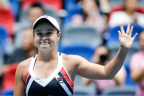 Ashleigh Barty applauds the crowd after the match | Photo: Wang He/ AsiaPac