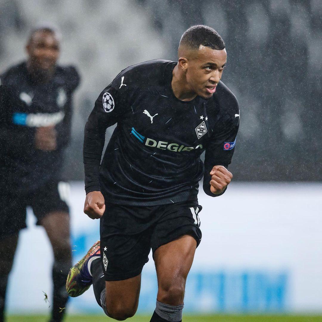Alassane Pléa celebrando su primer gol del partido | Foto: @Borussia