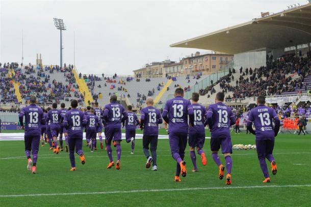 Todos os jogadores da Viola entraram com a camisa #13, de Astori (Foto: Divulgação/ACF Fiorentina)