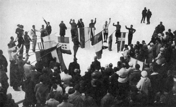 Abanderados de todas las naciones haciendo el Juramento del Atleta en los Juegos Olímpicos de Chamonix de 1924