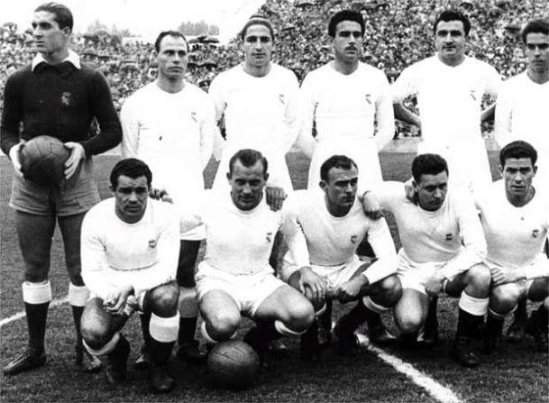 Adolfo Atienza, primero por la derecha en la fila inferior, en una alineación del Real Madrid 1953/54 (Foto: fr.fanscup.com)