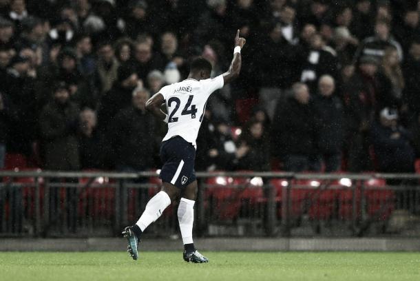 Aurier festeja el primer gol del encuentro. Foto:twitter.com/SpursOfficial