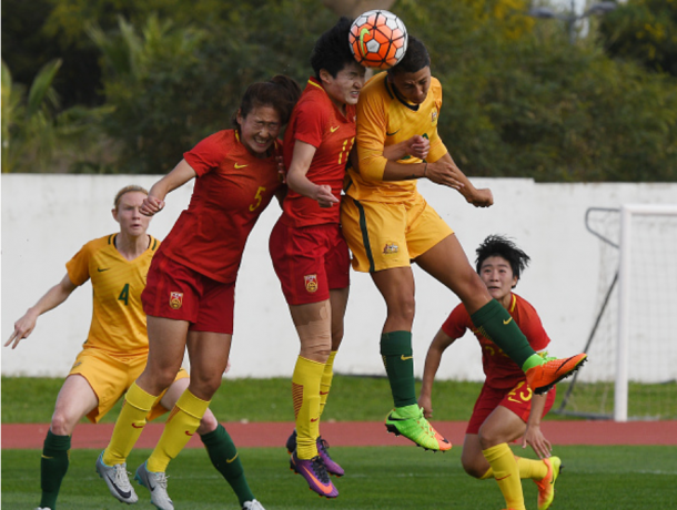 Samantha Kerr (Australia) battles with Wang Shanshan (China) for a header in the 2-1 Australia victory at the 2017 Algarve Cup | Photo: Octavio Passos - Getty Images
