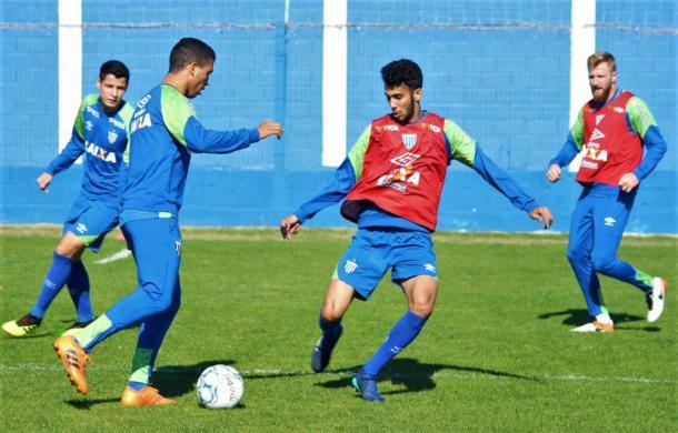 Luanzinho (com a bola) e Getúlio (colete) podem pintar no time titular do Avaí (Foto: André Palma Ribeiro/Avaí FC)