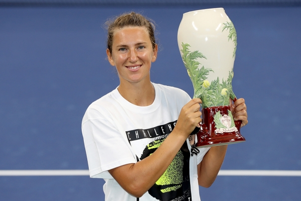 Azarenka holds up her first trophy since 2016/Matthew Stockman/Getty Images
