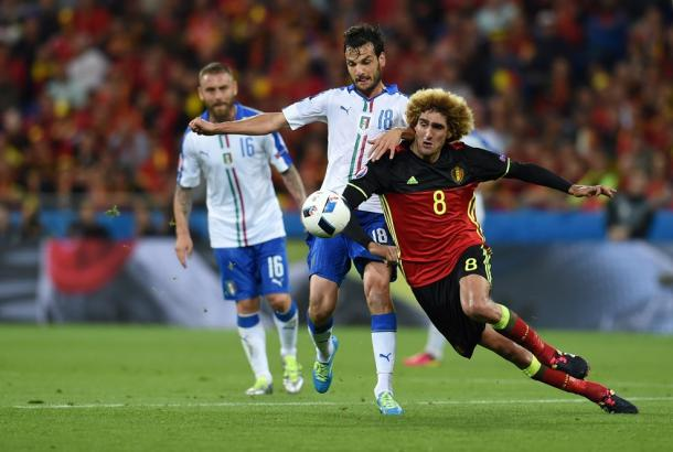 Parolo y Fellaini pugnan un balón durante el encuentro | Foto: UEFA