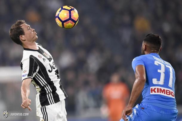 Lichsteiner intenta controlar el esférico en el partido de la primera vuelta | Foto: Juventus